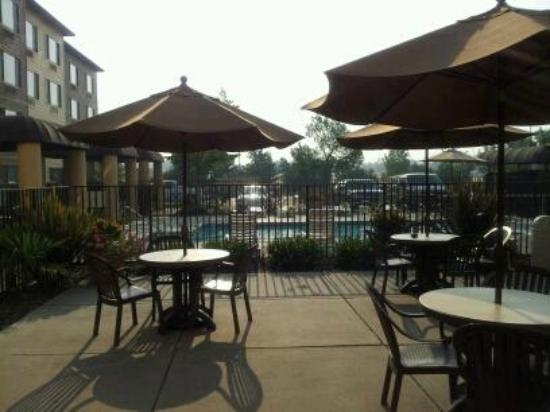 Oxford Suites Chico: nice area to eat breakfast if you chose