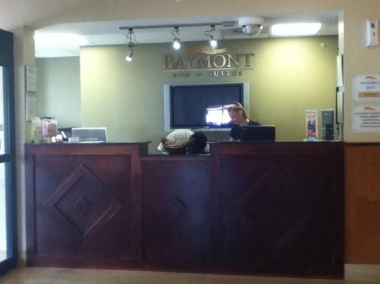 Baymont Inn & Suites Savannah/Garden City: Front desk