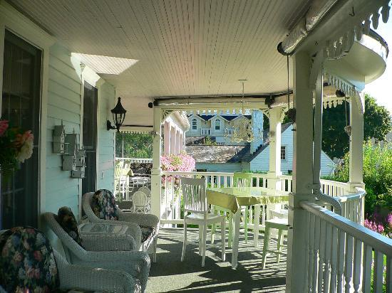 Metivier Inn: Long front porch overlooking Market Street