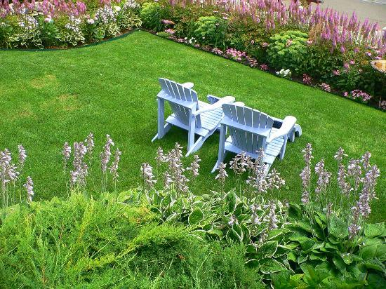 Metivier Inn: Meticulous lawn w/adirondack chairs