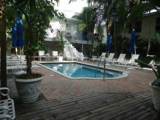 Sobe You Bed and Breakfast: Pool area right behind dining area