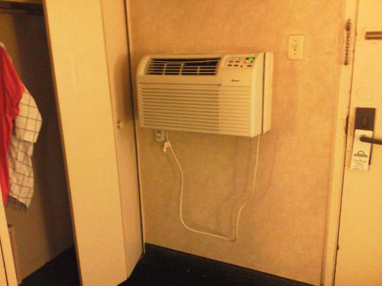 Days Inn St. Louis North: Broken Air Conditioner