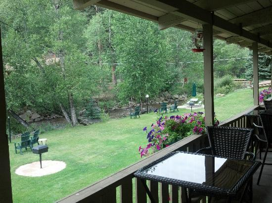 Deer Crest Resort: covered balcony with river view in front of room