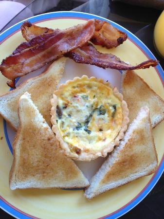 Park Place Bed & Breakfast: Quiche with bacon and toast 
