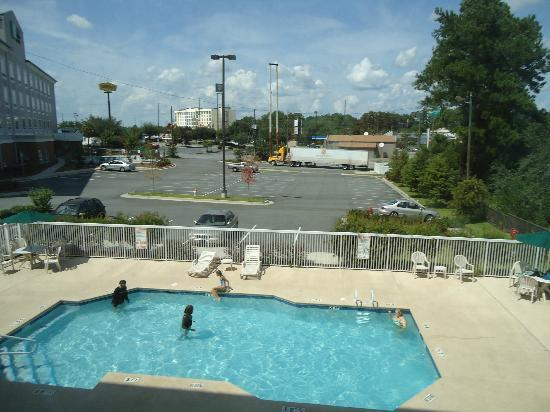 Comfort Suites Valdosta: Pool area right out our window, Holiday Inn Express just to the left in the picture