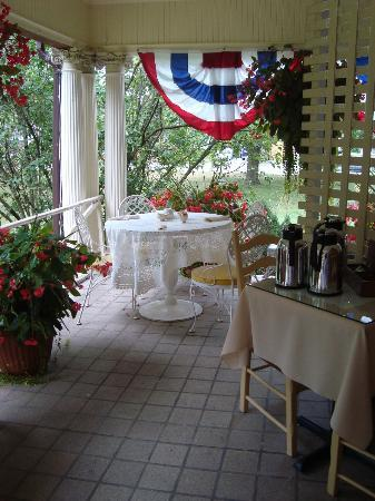 Lalor Estate Inn: Breakfast on the Porch