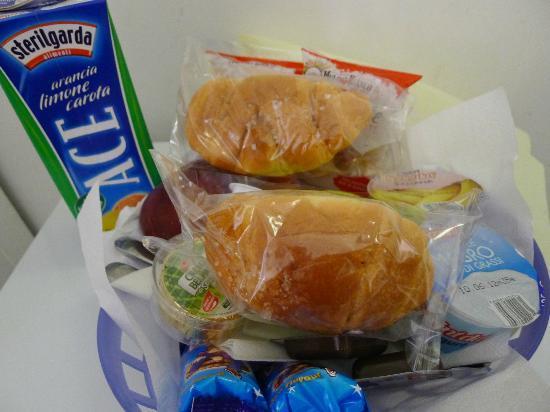 لا كاسا دي آمي بد آند بركفاست: Breakfast basket prepared by Amy House, so touched.