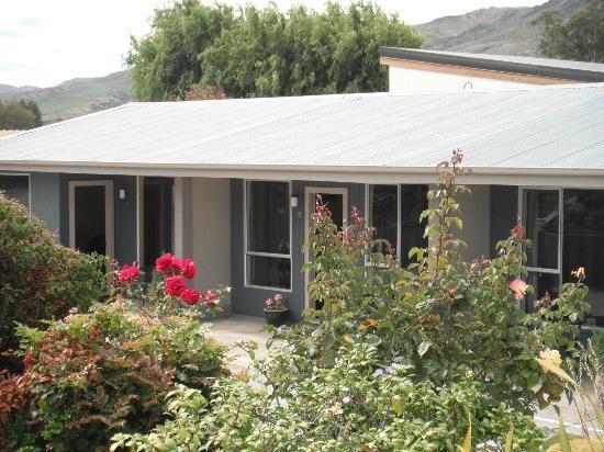 Central Gateway Motel: Through garden to lower level units