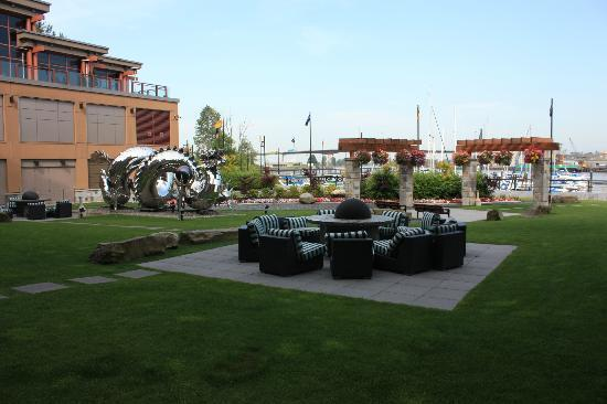 River Rock Casino Resort: Sitting area behind hotel