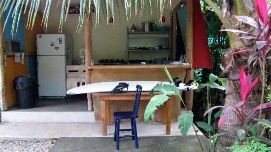 Hotel Meli Melo: Une cuisine extérieure entourée d'un jardin exotique...