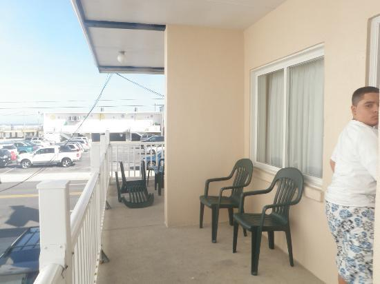 Dawn & Nova Motels: balcony with chairs