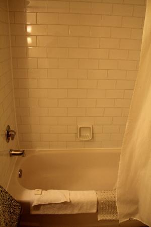 St. Eugene Golf Resort & Casino: Shower / Tub