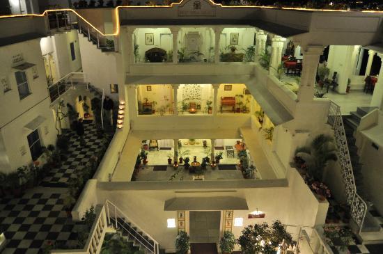Jagat Niwas Palace Hotel: Jagat Niwas at night