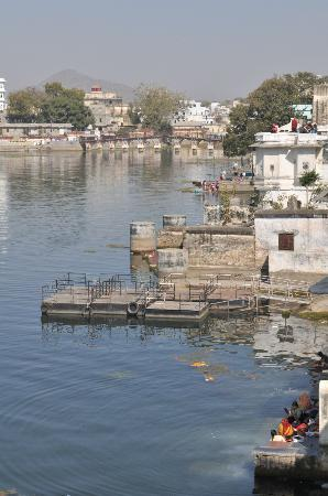 Jagat Niwas Palace Hotel: Nearby dock for palace tours