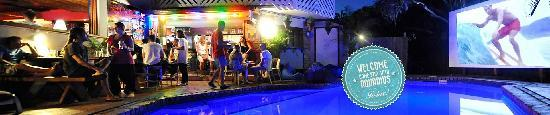 Aquarius Backpackers Motel: Magical pool area with sunlounges, pool bar and cinema screen!