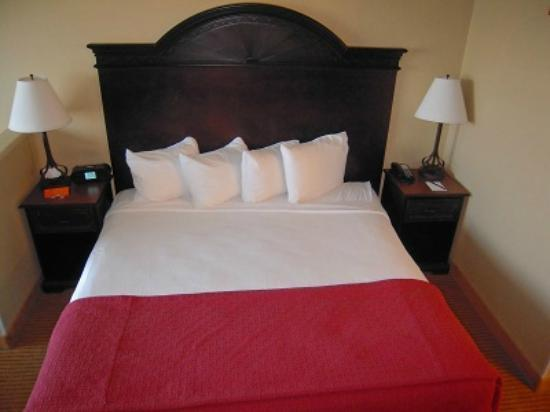 Oxford Suites Chico: very comfortable bed