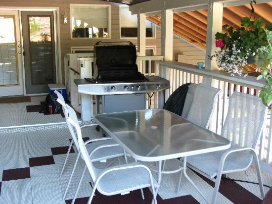 Powder Pillow Bed & Breakfast: Patio & Grill