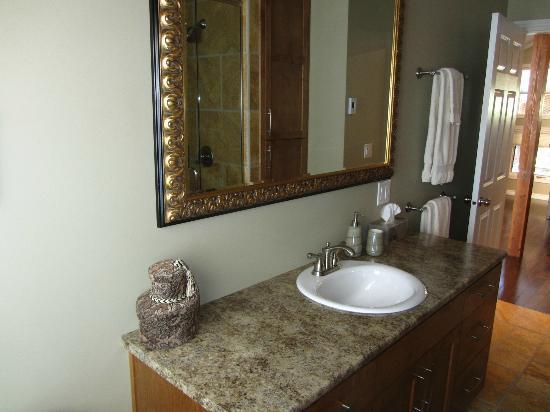 Powder Pillow Bed & Breakfast: Bathroom