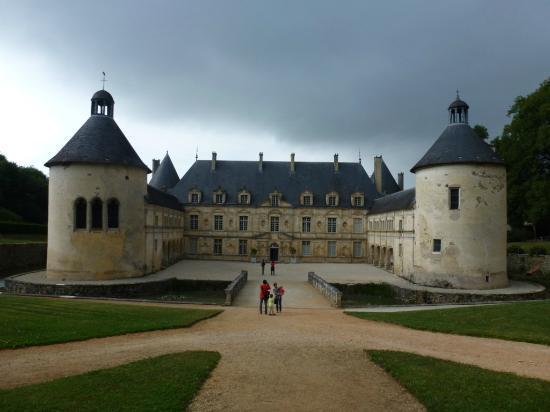 Château de Bussy-Rabutin : La cour d'honneur
