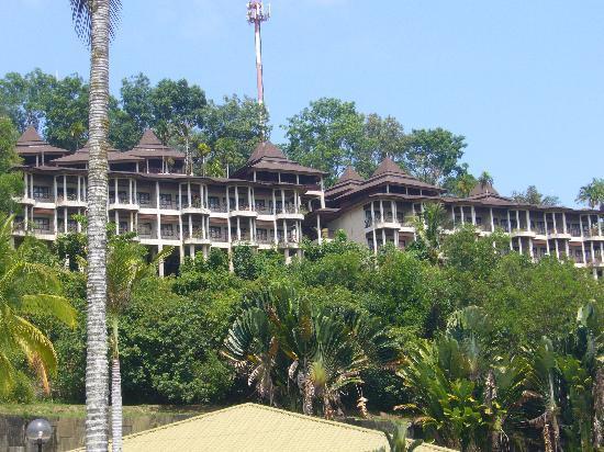 Damai Beach Resort: 山の中腹にはシャーレーが