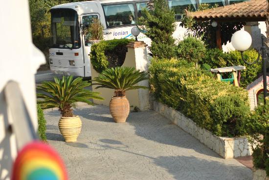 Petros Hotel: Pathway