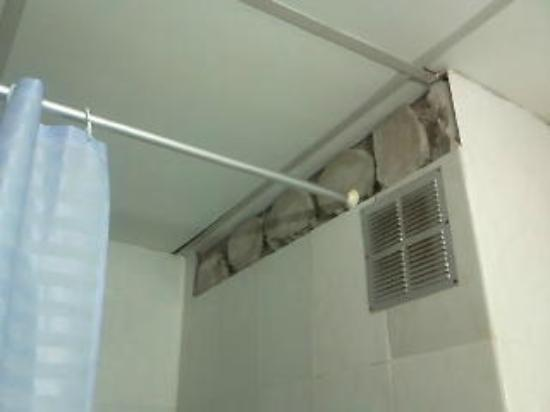 La Carabela Hotel : faltan azulejos, zona ducha