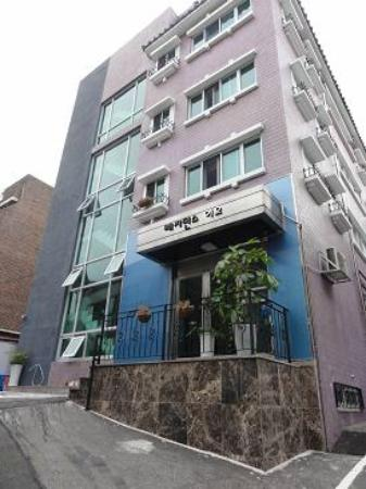 Zaza Backpackers Hostel: Residence EO Guesthouse building