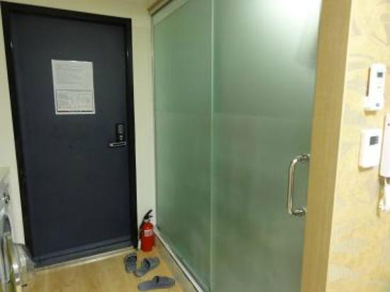 Zaza Backpackers Hostel: Frosty see-through glass panel bathroom