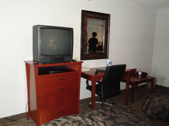 Shilo Inn Suites - Newberg: TV & desk