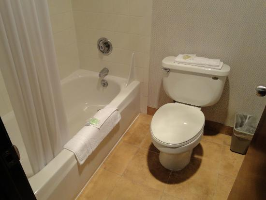 Shilo Inn Suites - Newberg: clean bathroom
