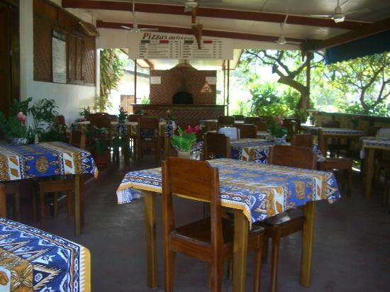 Nuku Hiva, Fransk Polynesien: salle de restaurant avec four a pizza