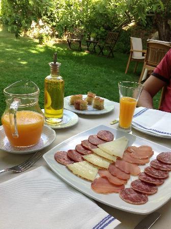 Hotel Moli De L'Hereu: Parte del desayuno en el jardín