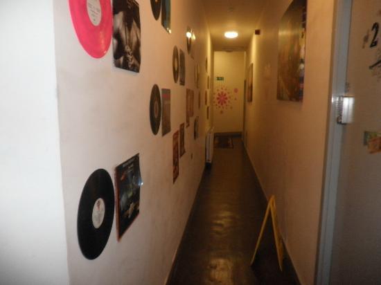 Art Roch Hostel: pasillos modernos