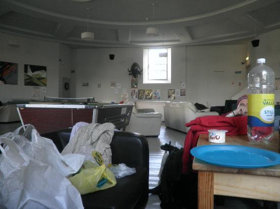 Art Roch Hostel: sala para comer y con juegos