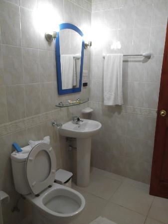 Islazul Hotel Pinar del Rio: Salle de bain moderne de notre chambre 522