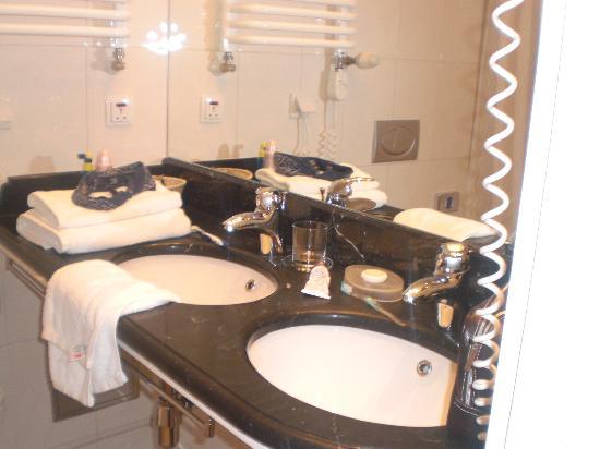 Hotel Grodek: Bathroom 1