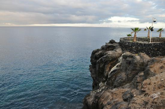 Apartamentos Tropical Park: Rocks on the waterfront, away La Gomera Island
