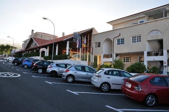 Apartamentos Tropical Park: Parking ana street near the hotel