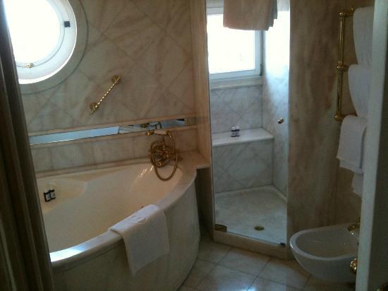 Bauer Palazzo: girls bath