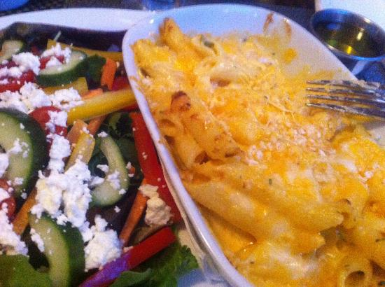Humphry's Restaurant and Pub: Million Dollar Mac and Cheese with Garden Salad