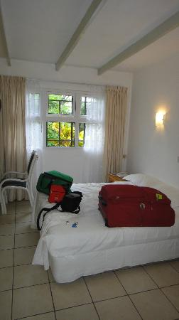 Panorama Guesthouse Beau Vallon: clean-small basic & dated room