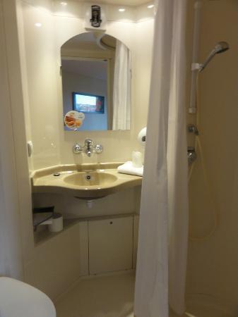 Premiere Classe Le Mans Ouest - Universite: La salle de douche + WC