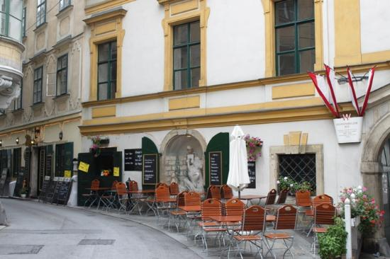 Zum Basilisken : Столики на улице