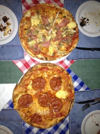Vagabondo Pizzeria Ristorante: pizza peperoni y caprichosa