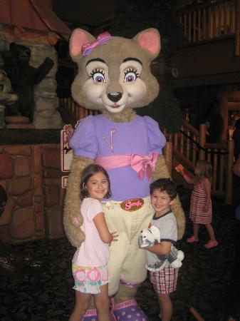 جريت وولف لودج ترافيرس سيتي: The kids with Violet 