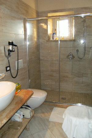 Agriturismo La Sovana: Marble bathroom 