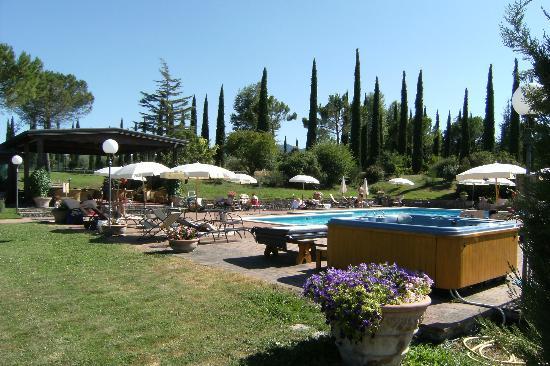 Agriturismo La Sovana : Pool with jacuzzi