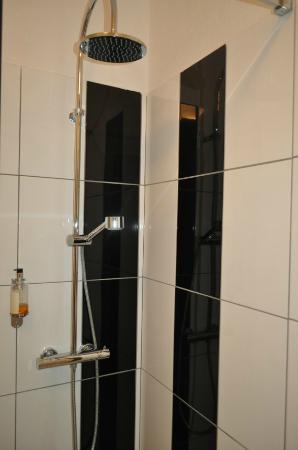 Hotel Le Provence : Shower stall in Room 7