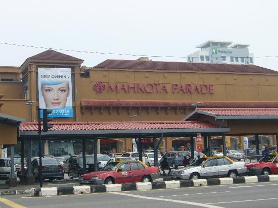 Dataran Pahlawan Melaka Megamall: 向かいにはマコタパレードが