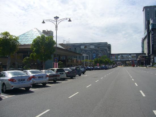 Dataran Pahlawan Melaka Megamall: この大通りを渡るとメガモールです